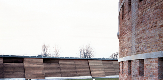 Inside view of the 'contemporary embankment' with the sliding panels made  of larch wood (Photo by Marco Zanta)