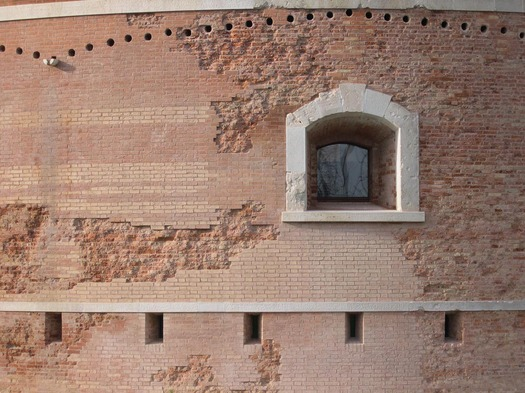 Detail of the restoration design of the walls (Photo by Alessandra Chemollo)